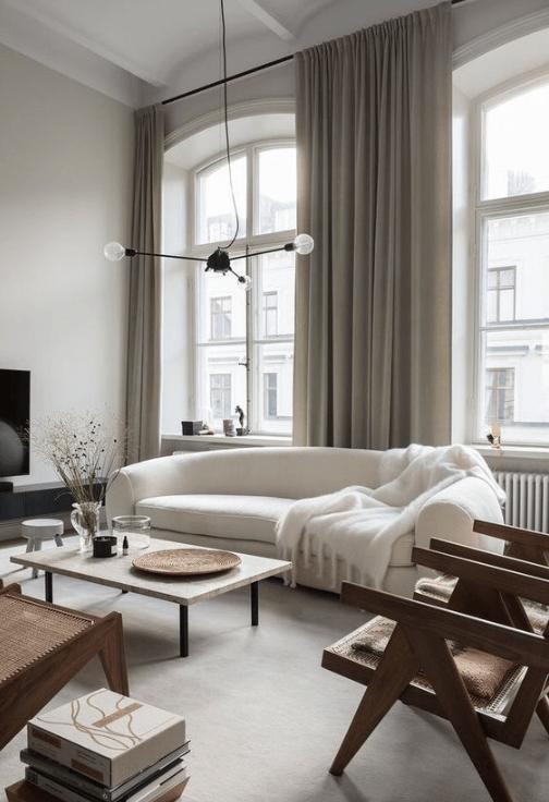het bijna niet opvalt in het interieur de meubels maken juist een statement in de woonkamer minimalistische gordijnen voegen iets toe aan het geheel